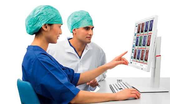 Imagen de dos médicos observando embriones a través de embryoscope